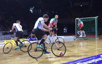 Die Mlady-Cousins bei ihrem Gruppenspiel gegen die Schweiz. Foto: facebook.com/UCI Indoor Cycling World Championships Stuttgart 2016
