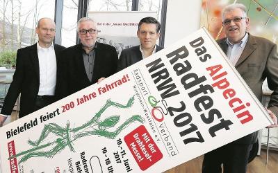 Von links: Joachim Herrmann (Radsportverband NRW), Ralf Eigenrauch (Werbeagentur Eigenrauch & Partner), Dipl.-Ing. Eduard R. Dörrenberg (Dr. Kurt Wolff GmbH & Co. KG) und Bernd Potthoff (Radsportbezirk OWL) freuen sich schon auf das Radfest NRW 2017.