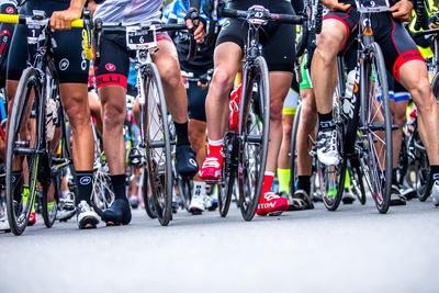Die Startaufstellung für die Alpen Challenge, einen der größten und schwersten Radmarathons der Schweiz, findet künftig in der Biathlon Arena statt. Foto: Henning Angerer