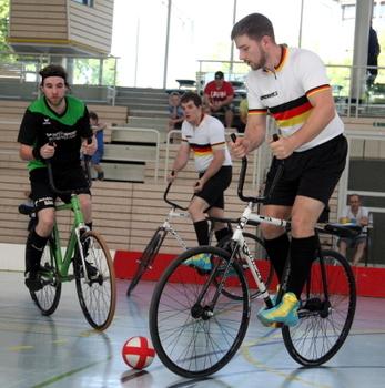Gerhard (Mitte) und Bernd Mlady (re.) gewannen das Spiel gegen RSC Schiefbahn (hier: Marius Herrmanns) 4:3. Foto: Mareike Engelbrecht