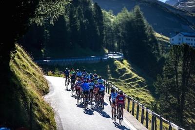 Teilnehmer der Alpen Challenge im Anstieg zum Albulapass. Foto: Henning Angerer