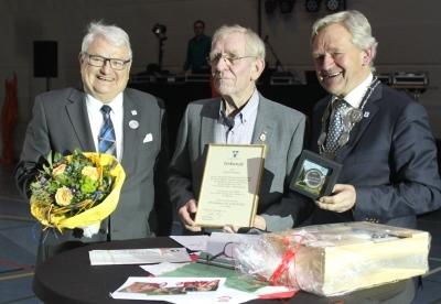Von links: Franz Auling, Vorsitzender des Sport- und Kulturausschusses der Stadt Willich, Josef Pooschen und Josef Heyes, Bürgermeisters der Stadt Willich. Foto: Bernd Haeser