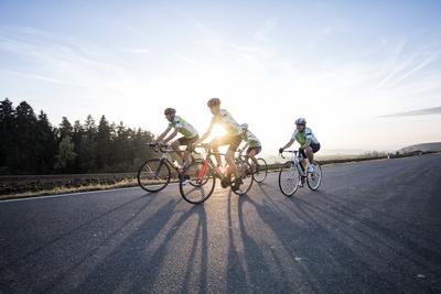 Radsportler im Fichtelgebirge. Foto: Tourismuszentrale Fichtelgebirge Florian Trykowski