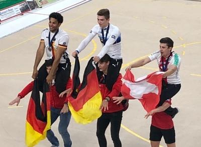 Lukas Kohl (Mitte) und Marcel Jüngling (li.) lassen sich genauso wie der Schweizer Lukas Burri nach ihren Medaillengewinnen feiern. Foto: BDR