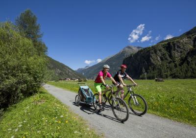 Radfahrer auf dem Ötztal-Radweg. Foto: Bernd Ritschel
