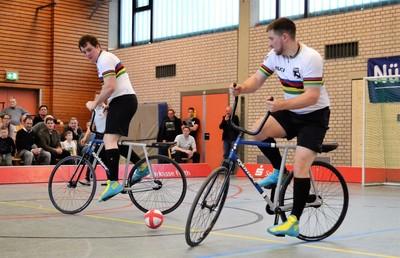 Gerhard (li.) und Bernd Mlady vom RMC Stein wollen ihren WM-Titel im Radball verteidigen. Foto: BDR