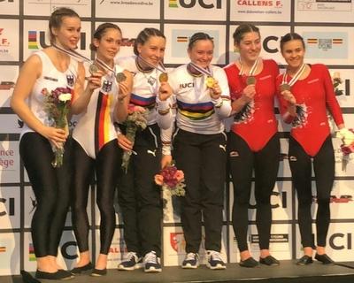 Lena und Lisa Bringsken (Mitte) wurden Weltmeisterinnen vor Caroline Wurth/Marie-Sophie Nattmann (li.) und den Österreicherinnen Rosa Kopf/Svenja Bachmann. Foto: privat