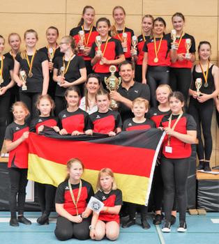 Der Nachwuchs des RMSV Aach um Cheftrainerin Katja Gaißer bei der Gold-Pokal-Übergabe 2018. Foto: Wilfried Schwarz