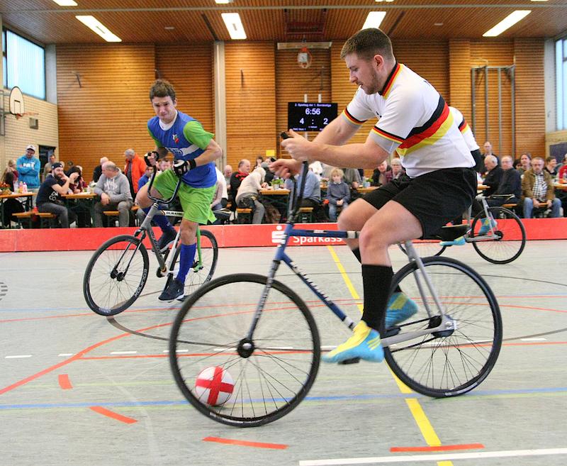 Der RVI Ailingen (li., Markus Lang) ist Gastgeber des ersten Radball-Weltcups 2019 und bekommt es unter anderem mit dem Deutschen Meister RMC Stein (hier: Bernd Mlady) zu tun. Foto: Mareike Engelbrecht