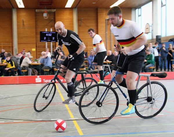 Die Deutschen Meister vom RMC Stein, Bernd (vorne) und Gerhard Mlady gehören zu den Pokalfavoriten, Teams wie RSV Waldrems - hier: Tim Lindner - dürften es schwer haben. Foto: Mareike Engelbrecht