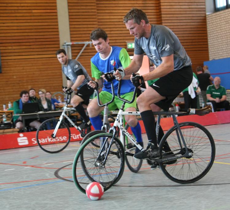 Der RV Obernfeld mit André (vorne) und Raphael Kopp - hier beim Deutschlandpokal-Halbfinale - führt in der 1. Radball-Bundesliga. Foto: Archiv/Mareike Engelbrecht