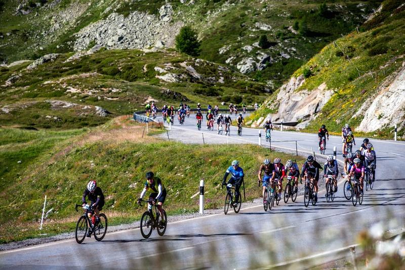 Teilnehmerinnen und Teilnehmer des Engadin Radmarathon auf der Strecke. Foto: Henning Angerer