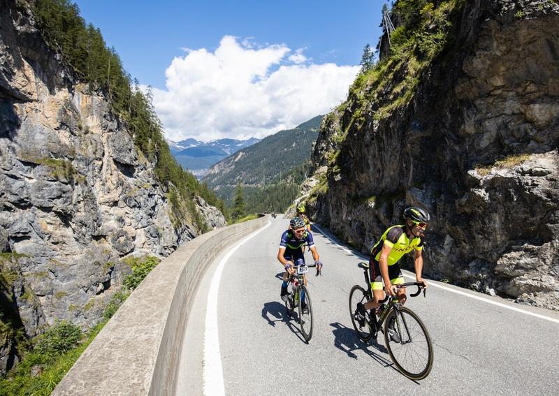 Die Spitzenfahrer im Anstieg zum Albula. Foto: Dominik Täuber