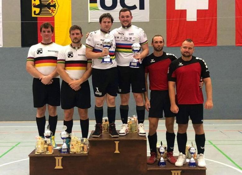 Markus Bröll/Patrick Schnetzer (Mitte) gewannen den Radball-Weltcup in Großkoschen vor Gerhard und Bernd Mlady (li.) und Tobias Kolba/Norman Tuppatsch. Foto: RC Höchst