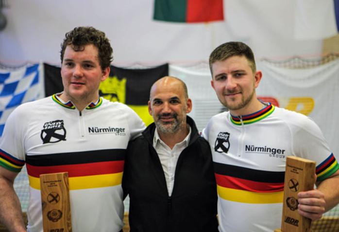 Gerhard (li.) und Bernd Mlady mit dem BDR-Koordinator Radball/Radpolo Sebastian Kotb. Foto: BDR/Reiner Mack
