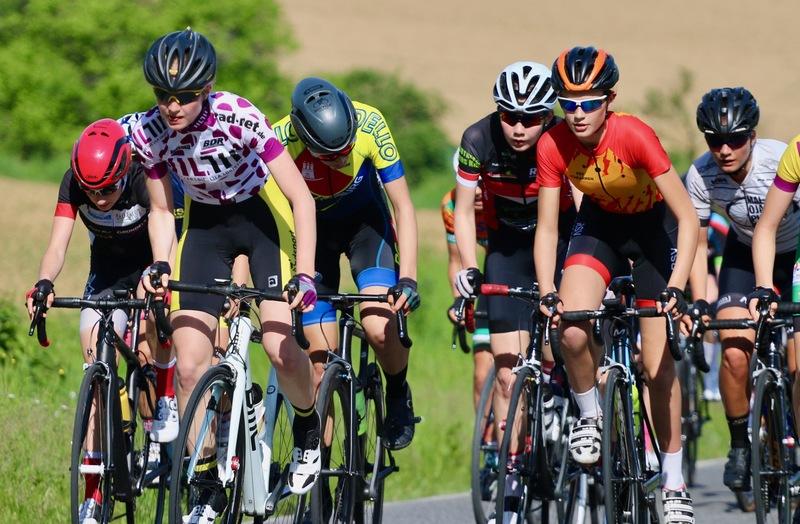 Nachwuchsradsportlerinnen bei einem Rennen der «BDR-Jugendsichtung powered by Müller – Die lila Logistik». Foto: Dominic Reichert
