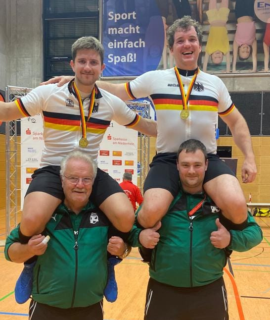 Bernd (li.) und Gerhard Mlady ließen sich erneut als Deutsche Meister feiern. Foto: RMC Stein